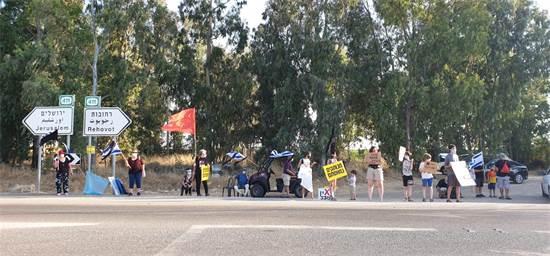 מחאה בקיבוץ חולדה / צילום: גיא ליברמן