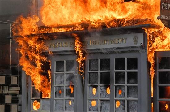 תחנת משטרה בלוס אנג'לס עולה באש ביום שבת / צילום: Mark J. Terrill, AP