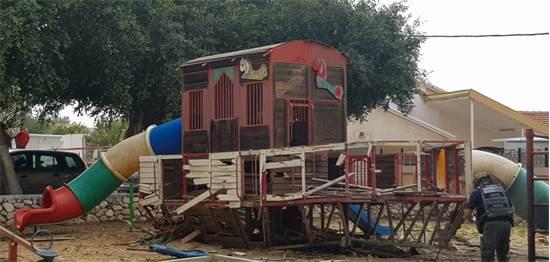 """חצר של גן ילדים שנפגעה מרקטה בשדרות / צילום: עיריית שדרות, יח""""צ"""