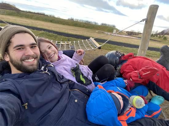 איתי ומרי לו על הערסל בחווה  / צילום: תמונה פרטית