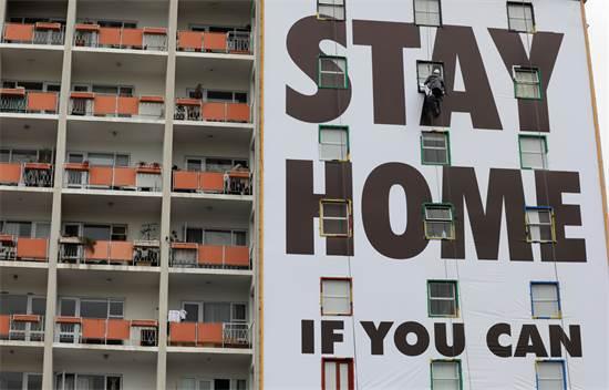שלט חוצות מותקן בדרום אפריקה ומבקש מאנשים להישאר בבתיהם / צילום: נארדוס אנגלברכט, AP