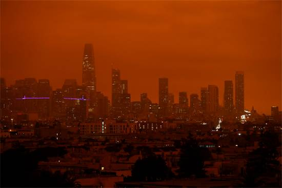 העשן מהשרפות חסם את השמש בסן פרנסיסקו / צילום: STEPHEN LAM, רויטרס