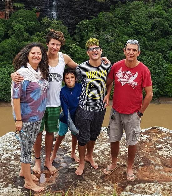 כל המשפחה בטיול בדרום אפריקה. מימין: שחר, טל, יותם, אור ויעל / צילום: תמונה פרטית