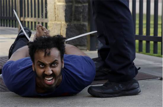 המשטרה עוצרת מפגין באטלנטה, ג'ורג'יה ביום שבת  / צילום: Brynn Anderson, AP