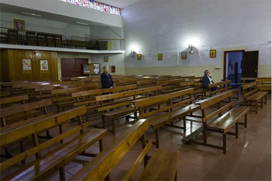 שתי נשים בלבד משתתפות בתפילה בכנסייה בספרד / צילום: Laura Leon, AP