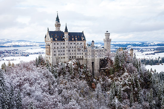"""טירת Neuschwanstein (""""אבן הברבור החדשה"""") שבדרום מדינת בוואריה בגרמניה על רקע עונת החורף / צילום: shutterstock, שאטרסטוק"""