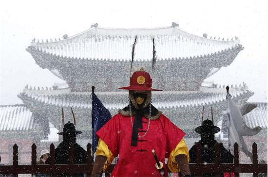 שומר אימפריאלי מחוץ לארמון גְיוֹנְגבּוֹק גוּנְג בסיאול בדרום קוריאה / צילום: Ahn Young-joon, AP
