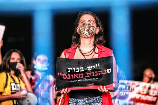 מפגינה בעצרת נגד אלימות נגד נשים בכיכר רבין / צילום: שלומי יוסף, גלובס