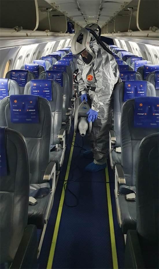 """חיטוי מטוס בישראייר / צילום: יח""""צ ישראייר"""