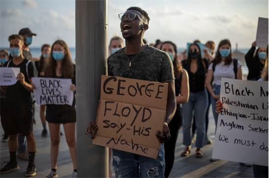 """הפגנה ליד שגרירות ארה""""ב בתל אביב / צילום: Ariel Schalit, AP"""