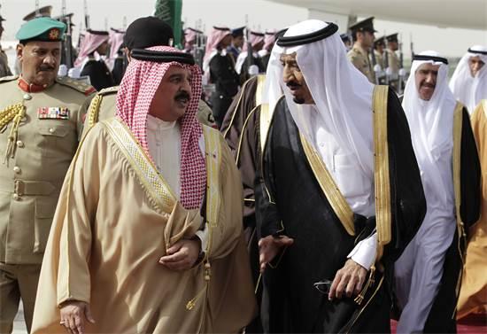 מלך בחריין, חאמד בן עיסא אל ח'ליפה ואחיו של מלך סעודיה / צילום: Hassan Ammar, Associated Press