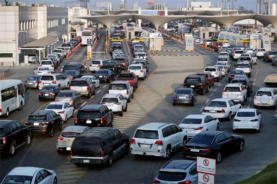 רכבים חולפים בגשר המלך פהד המחבר בין בחריין לערב הסעודית / צילום: Hamad I Mohammed, רויטרס