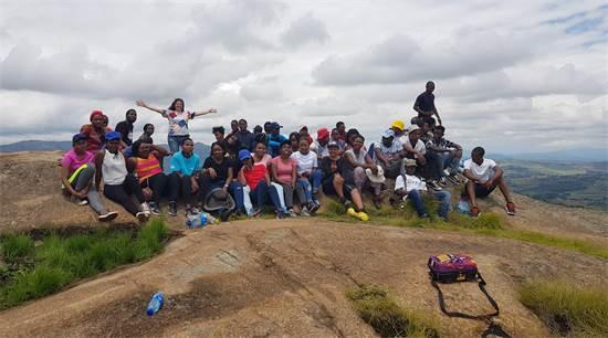 יעל והתלמידים כובשים את פסגת הר אניונינה בסיום שנת הלימודים / צילום: תמונה פרטית