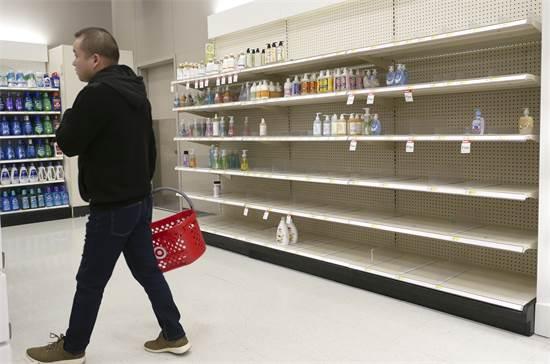 """מחסור בנוזלי חיטוי ברשת טרגט בניו ג'רזי, ארה""""ב / צילום: Seth Wenig, AP"""