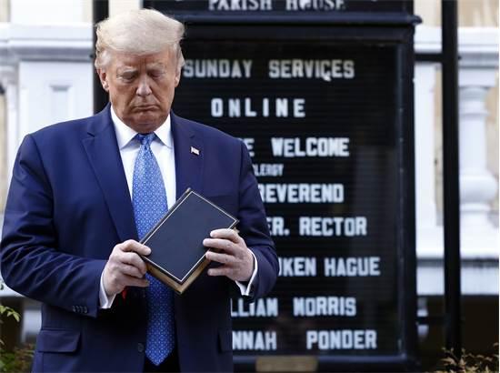 """טראמפ מחזיק תנ""""ך ומרכין ראש מחוץ לכנסייה / צילום: Patrick Semansky, AP"""