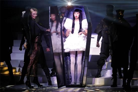 דוגמנית יוצאת מתוך ארון קבורה בתצוגת האופנה האחרונה של ז'אן-פול גוטייה / צילום: Charles Platiau, רויטרס