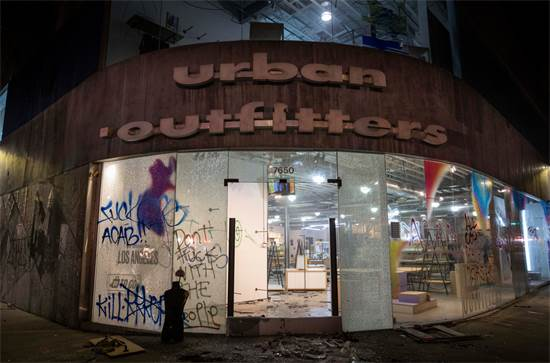חנות של אורבן אווטפיטרס שנבזזה ביום ראשון בלוס אנג'לס / צילום: Christian Monterrosa