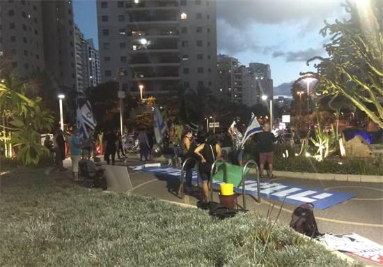 הפגנה נגד נתניהו בשכונת אם המושבות בפתח תקווה / צילום: תמונה פרטית