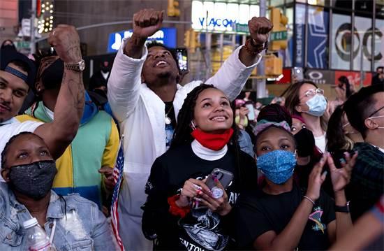 """תומכי ג'ו ביידן בניו יורק ברגע ההכרזה על זכייתו במרוץ לנשיאות ארה""""ב / צילום: AP"""