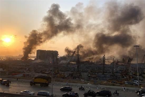 עשן עולה מאזור הפיצוץ בנמל ביירות / צילום: Issam Abdallah, רויטרס