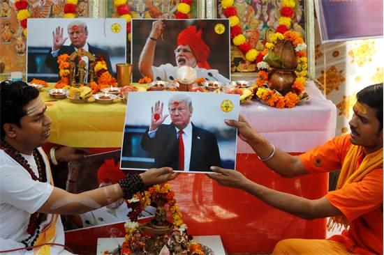 נזירים הינדים מחזיקים תמונות של דונלד טראמפ / צילום: מאניש סווארופ, AP