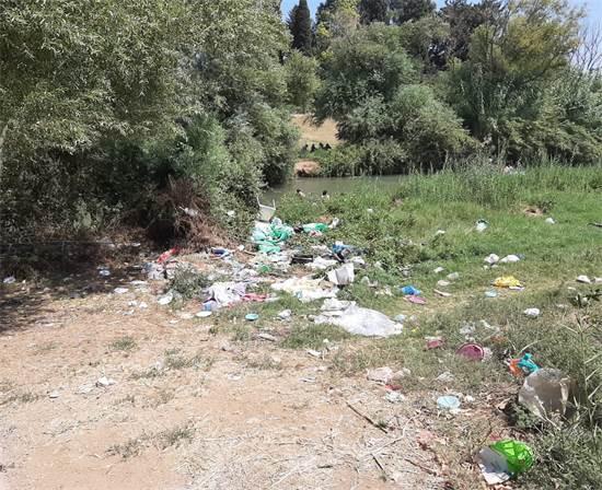 """פסולת בנהר הירדן / צילום: דוברות מ.א הגליל העליון, יח""""צ"""