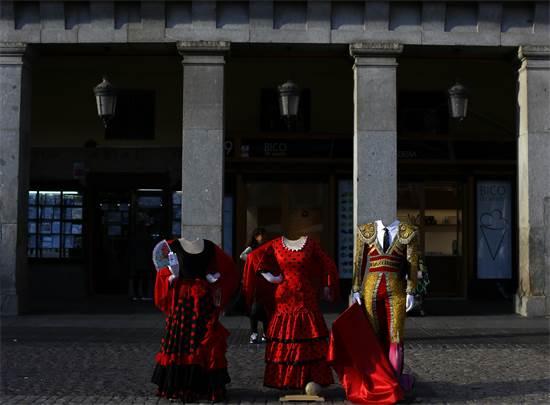 תלבושות פלמנקו ולוחמי שוורים מוצגות בכיכר מאיור במדריד / צילום: Manu Fernandez, AP
