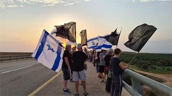 מפגינים נגד נתניהו על גשר על כביש 6, כביש 353 צפונית לקרית גת / צילום: יעקב קירש