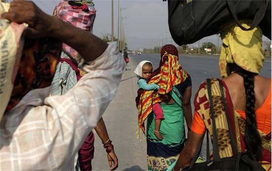 נשים הודיות צועדות הביתה לאחר שהוכרז סגר במדינה / צילום: Rajanish Kakade, AP
