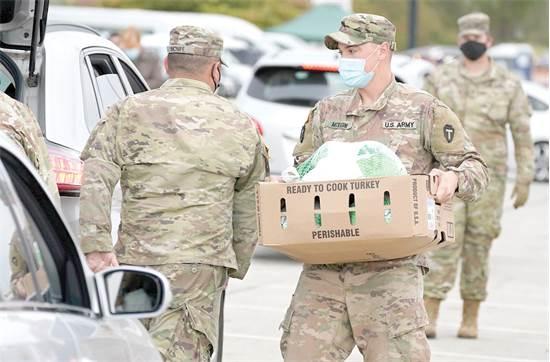 חיילים מחלקים מזון לחג ההודיה בפלורידה / צילום: AP, Tony Gutierrez