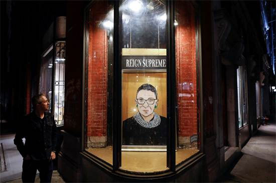 הייתה אייקון תרבותי. ציור של רות ביידר גינזבורג בחנות במנהטן / צילום: Andrew Kelly, רויטרס