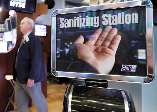 הבורסה בניו יורק. עמדות סניטציה לידיים פוזרו בוול סטריט / צילום: Richard Drew, Associated Press