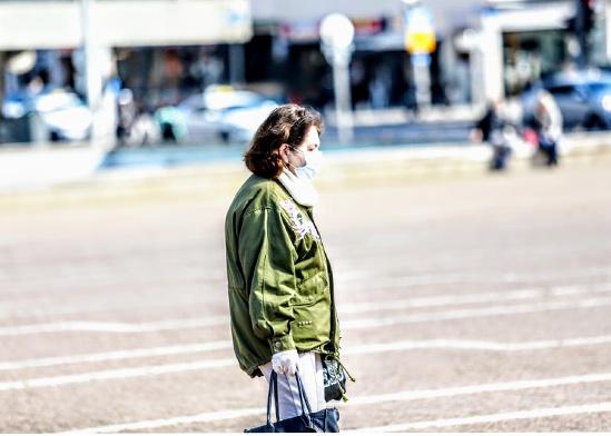אישה מבוגרת הולכת עם מסיכה בכיכר רבין, תל אביב / צילום: שלומי יוסף, גלובס