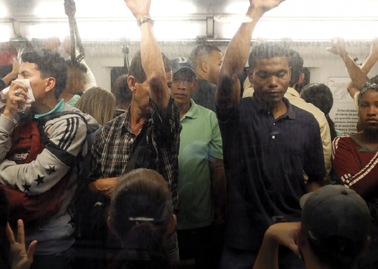 נוסעים בסאבווי בונצואלה / צילום: Ariana Cubillos , Associated Press