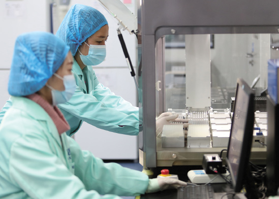 מעבדה של BGI בסין. החברה הייתה אמורה לשלוח לישראל עשרות מכונות בדיקה / צילום: China Stringer Network, רויטרס
