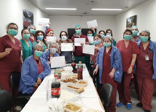 """צוות רפואי עם מזון ממיזם """"אמץ רופא.ה"""" / צילום: באדיבות """"אמץ רופא.ה"""""""