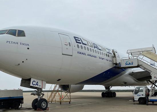 """מטוס אל על חונה בעת פריקת חבילות ציוד המגן שהגיע לארץ / צילום: דוברות אל על, יח""""צ"""