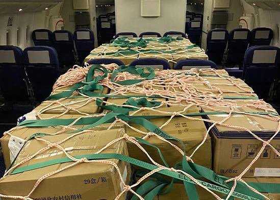 """חבילות ציוד מגן בתוך המטוס טרם פריקתן בשדה התעופה / צילום: דוברות אל על, יח""""צ"""