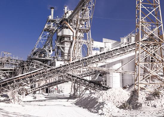"""מפעל מלט. """"התעשיות בטורקיה לא עובדות לפי כללי איכות הסביבה שלנו""""   / צילום: shutterstock, שאטרסטוק"""