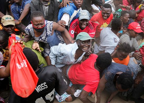 תור לחלוקת מזון בניירובי, קניה. בעוד במערב מקבלים חבילות סיוע, בעולם המתפחות מידרדרים לעוני קיצוני  / צילום: Brian Inganga, Associated Press