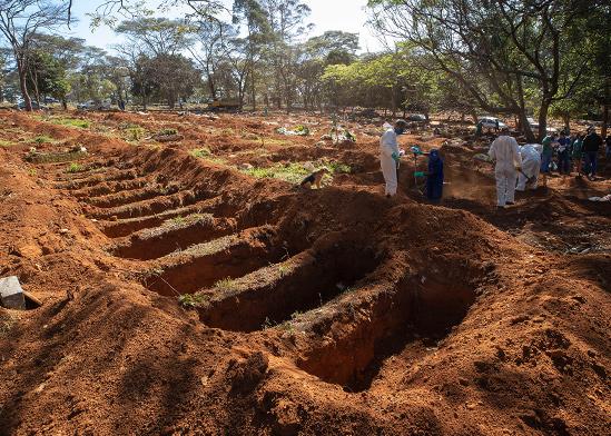 שדה של קברים פתוחים לקורבנות שנפטרו מקורונה בסאו פאולו, ברזיל / צילום: Andre Penner, Associated Press