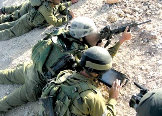 """לוחמים בשטח מקבלים מידע מודיעיני / צילום: דוברות צה""""ל"""