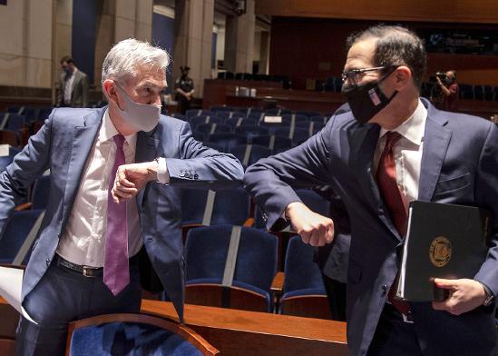 """יו""""ר הפד ג'רום פאוול (משמאל) ושר האוצר סטיב מנוצ'ין בגבעת הקפיטול, יוני / צילום: Tasos Katopodis, Associated Press"""