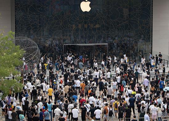 תור לכניסה לחנות אפל בסין, יולי  / צילום: Ng Han Guan, Associated Press