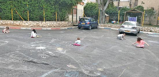 """ילדים מתחת לבנין בפתח תקווה בשבוע שעבר. """"להוסיף מרחב בין הבית לכביש"""" / צילום: גיא ליברמן, גלובס"""