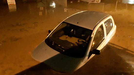 מכונית טובעת בעקבות ההצפות בראש עין  / צילום: כבאות והצלה מחוז מרכז