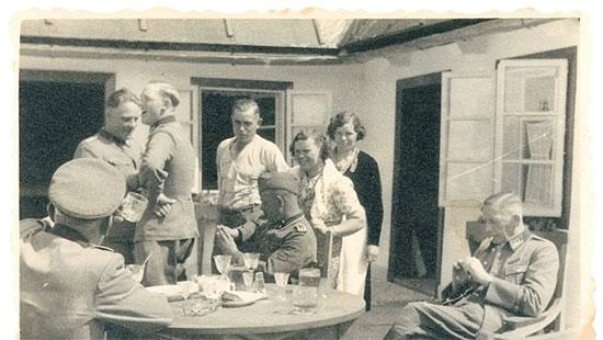 חיילי ומפקדי המחנה בחצר של חדר האוכל בסוביבור, 1943  / צילום: באדיבות מוזיאון השואה בוושינגטון
