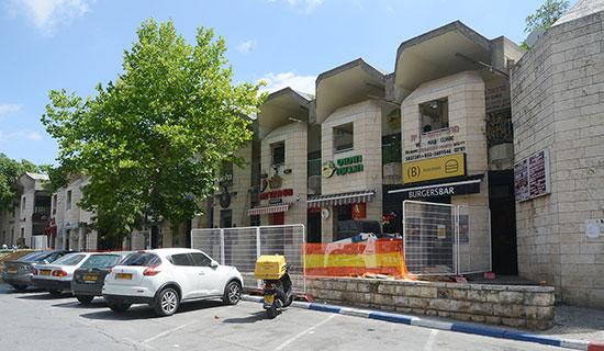 המרכז המסחרי של שכונת הגבעה הצרפתית בצפון מזרח ירושלים / צילום: איל יצהר, גלובס