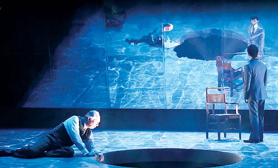 """המחזה """"קופנהגן"""". מפגש בין הפיזיקאים וורנר הייזנברג ונילס בור / צילום: מתוך יוטיוב"""