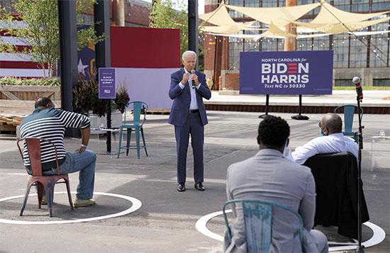ביידן נואם בכנס בצפון קרוליינה בחודש שעבר. מגפת הקורונה שינתה את הקמפיינים מן הקצה אל הקצה / צילום: רויטרס, Kevin Lamarque